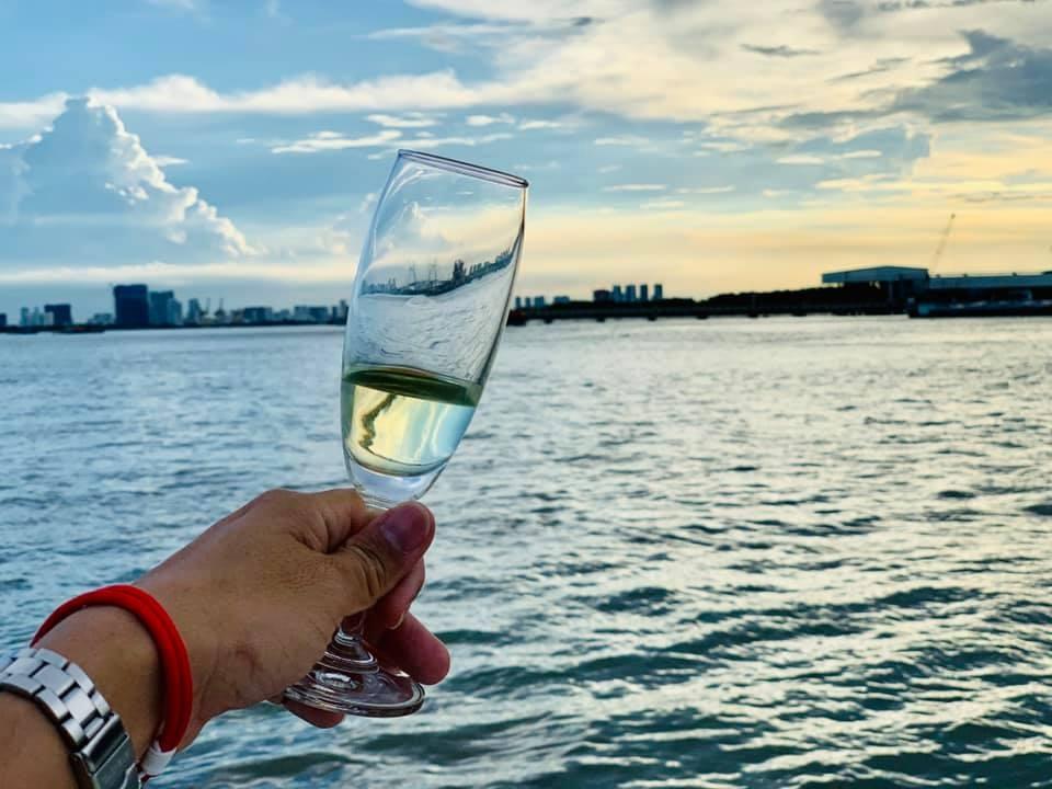 Thưởng thức rượu và ngắm hoàng hôn trên du thuyền