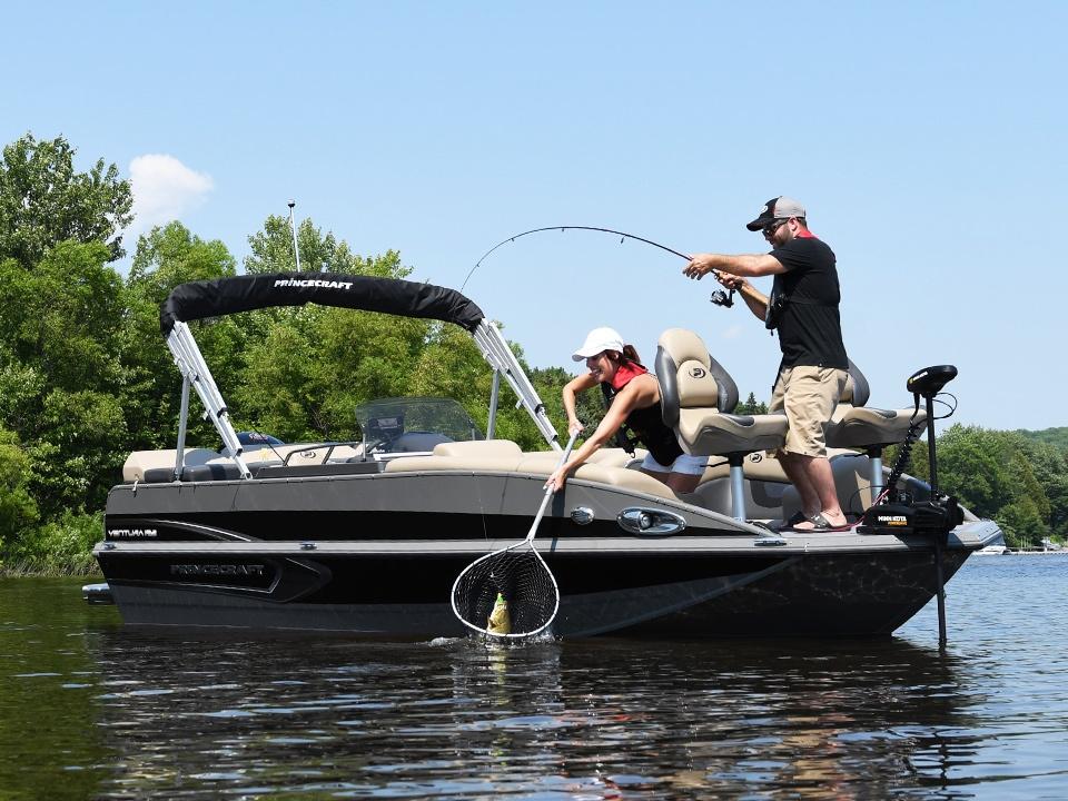 Câu cá giải trí trên Deck Boats