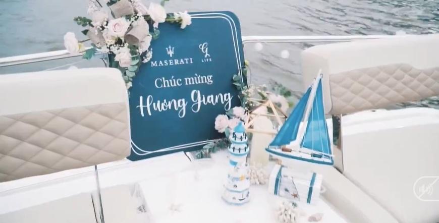 Hương giang và Matt Liu kỷ niệm trên du thuyền
