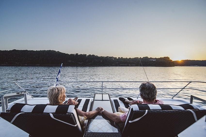 Thư giãn và ngắm cảnh trên du thuyền